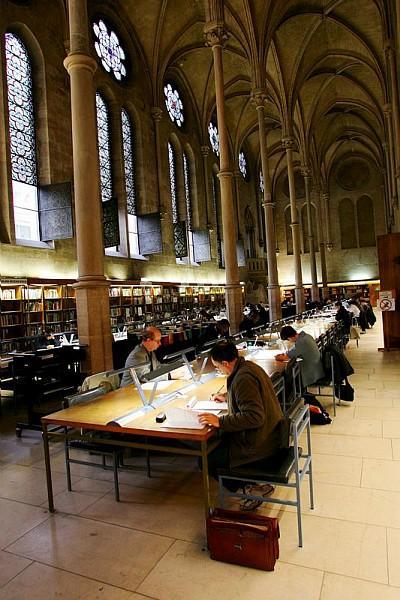 Auditeurs dans la bibliothèque centrale.