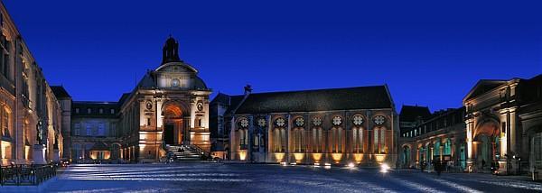 Panoramique de la cour d'honneur du Cnam, l'entrée du musée, et